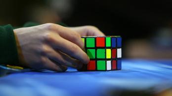 Önállóan megtanulta a Rubik-kocka kirakását egy gép