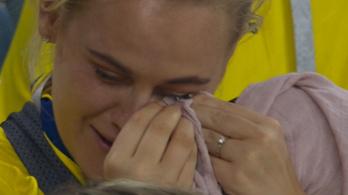 Bűntudata miatt sírt a svéd csatár barátnője a lelátón
