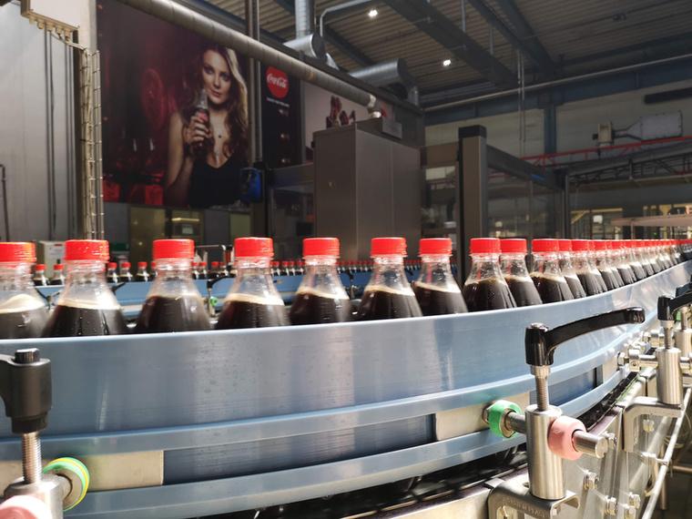 Dunaharasztin jártunk, hogy megnézzük, hogyan is készül a Coca-Cola, illetve hogyan palackozzák a gyümölcsleveket, és Mihalik Enikő óvó tekintete mellett még mire figyelnek a gyártásnál