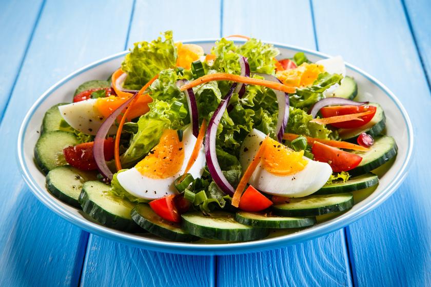 Laktató, de kalóriaszegény saláta tojással: ha diétázol, de szeretnél jókat enni