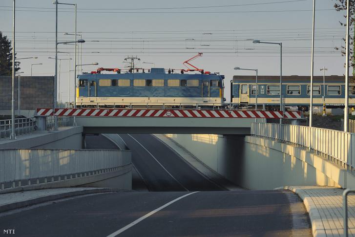 Egy vonat közlekedik Szajol felé a püspökladányi vasútállomásnál lévő felüljárón 2015. november 5-én.