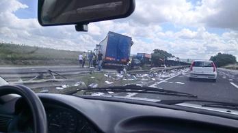 Átszakította a korlátot, az M1-es túloldalán állt meg egy kamion
