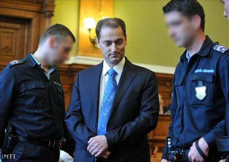 Hunvald Györgyöt elővezetik a Fővárosi Bíróság tárgyalótermébe