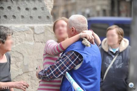 A baleset egyik túlélője megöleli édesapját