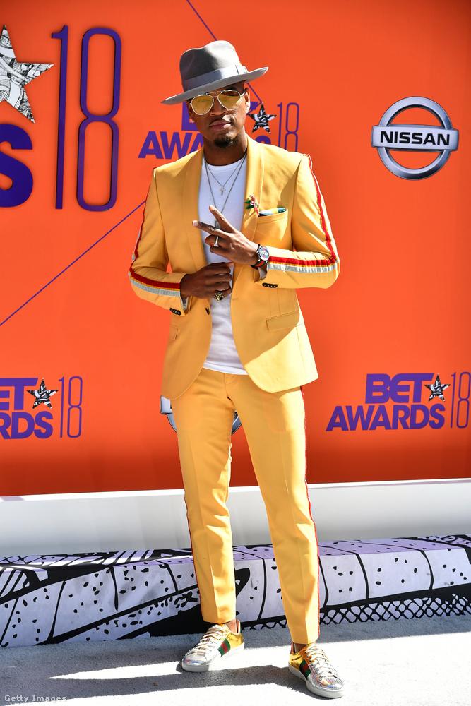 Két dolgot szeretnénk mondani erről a férfiról.Egyrészt nagyon sárga az öltönye, másrészt ő Ne-Yo, egy tényleg híres énekes.
