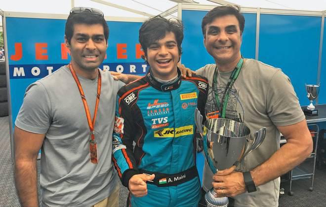 Arjun (középen) egy jobb pillanatában