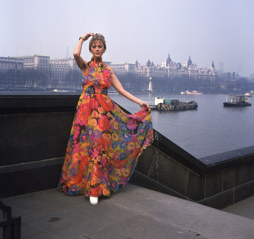 Fekete Klári 1973-ban Londonban, mögötte a Temze a Westminster híd keleti hídfőjétől nézve.