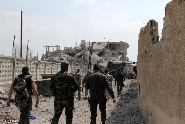 Szíriai katonák járõröznek az Iszlám Állam dzsihadista szervezettõl visszafoglalt el-Dzsurában Damaszkusztól délre