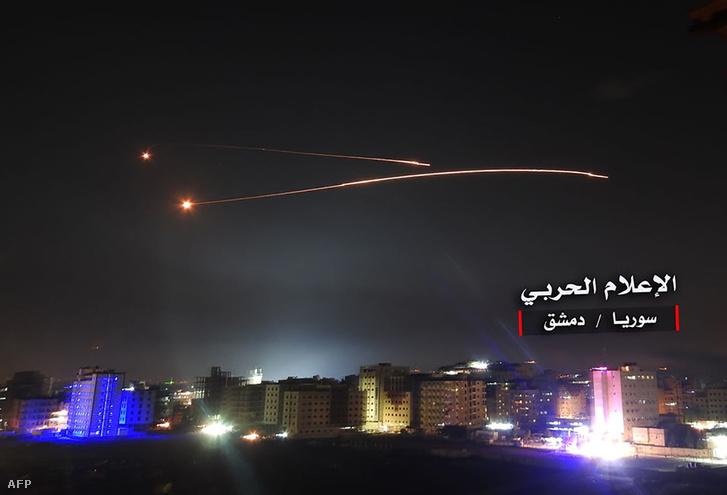 A SANA szíriai állami hírügynökség által közreadott kép a szíriai légvédelmi rendszer által kilőtt elhárító rakéták egyikéről Damaszkusz felett 2018. május 10-én, miután az izraeli légierő többtucatnyi iráni katonai célpontot támadott Szíriában.