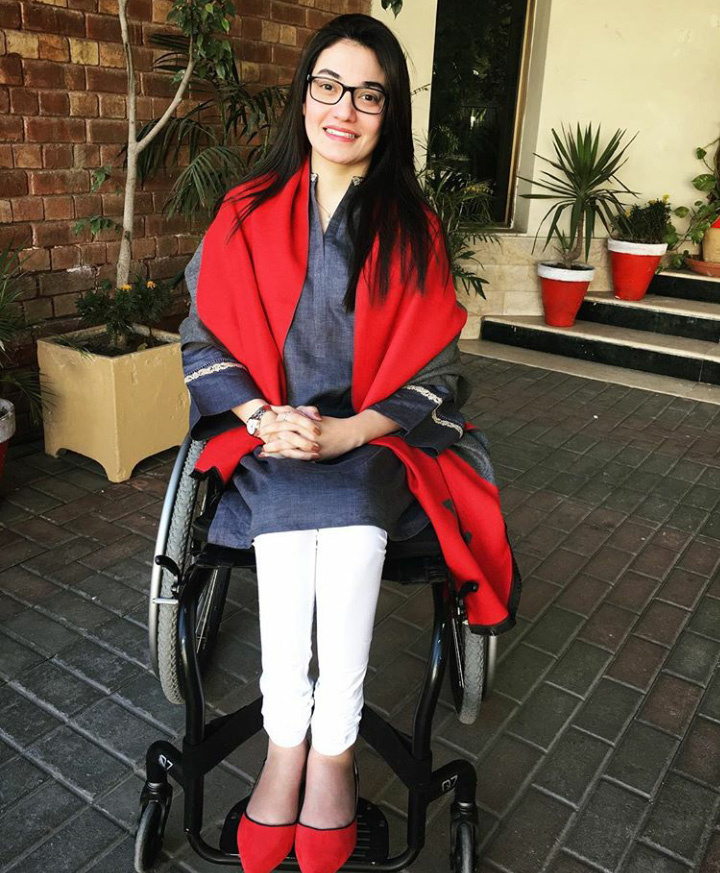 Muniba Mazari 21 évesen, autóbaleset következtében tolószékbe került. Mégsem adta fel, és ő lett Pakisztán első mozgássérült modellje, és motivációs trénerként dolgozik, sőt, nagykövetnek is megválasztották.
