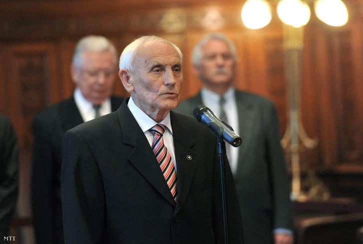 Gazsó Ferenc szociológus az Országházban 2012. október 25-én, ahol átvette a Magyar Érdemrend középkeresztje a csillaggal kitüntetést Orbán Viktor miniszterelnöktől