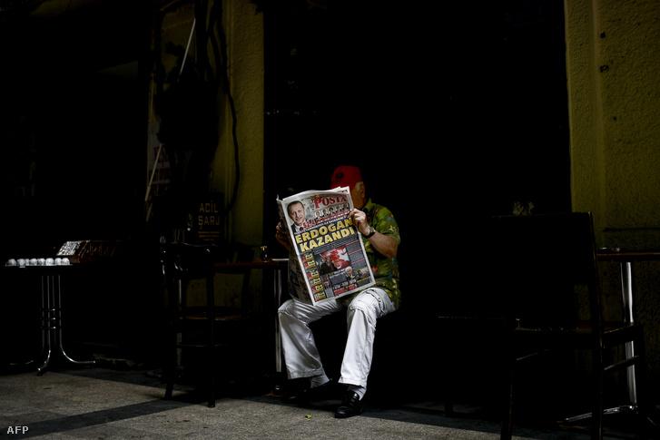 Egy férfi olvas újságot Erdoğan választási győzelmének másnapján Isztambulban