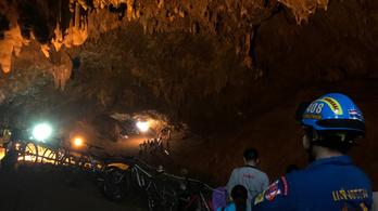 Egy egész gyerekfocicsapat rekedt a barlangban