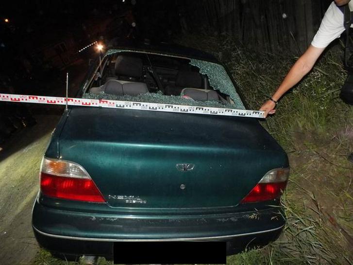 A helyszínelők mérik, mennyivel lett keskenyebb a szétvert autó (fotó: police.hu)