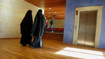 Hollandiában is betiltották a burkát középületekben
