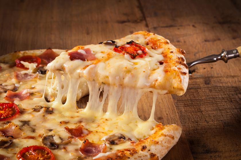 A pizzának rettentő magas a kalóriatartalma, és sok benne a zsír, valamint a finomított liszt. Ha nem szeretnél lemondani róla, próbáld meg otthon elkészíteni teljes kiőrlésű lisztből és friss alapanyagokból. Így a mennyiséget is jobban tudod szabályozni.