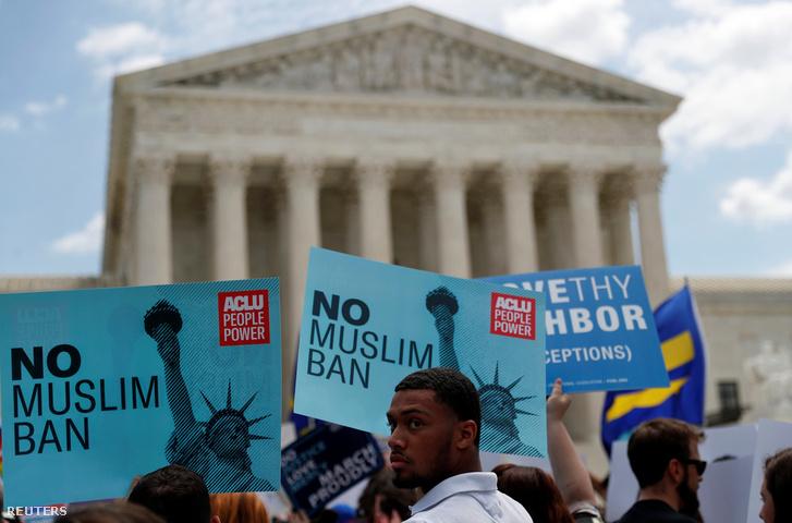Tüntetők a legfelsőbb bíróság épülete előtt Washingtonban 2018. június 26-án