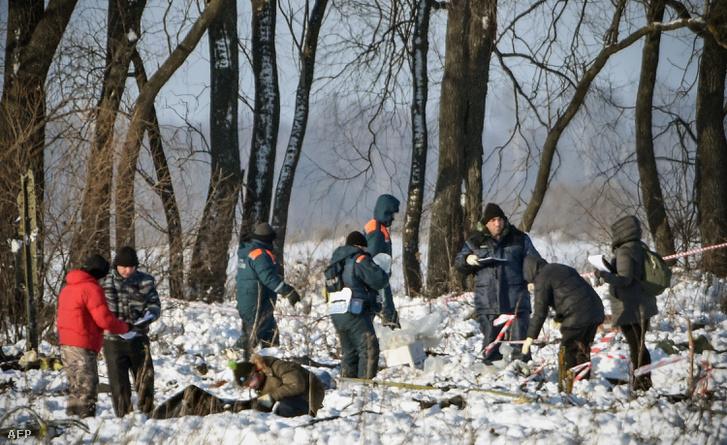 A roncsok után kutatnak a baleset helyszínén 2018. február 12-én