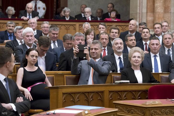 Szatmáry Kristóf a Fidesz-KDNP parlamenti képviselõje (k) fényképez az Országgyûlés alakuló ülésén 2018. május 8-án