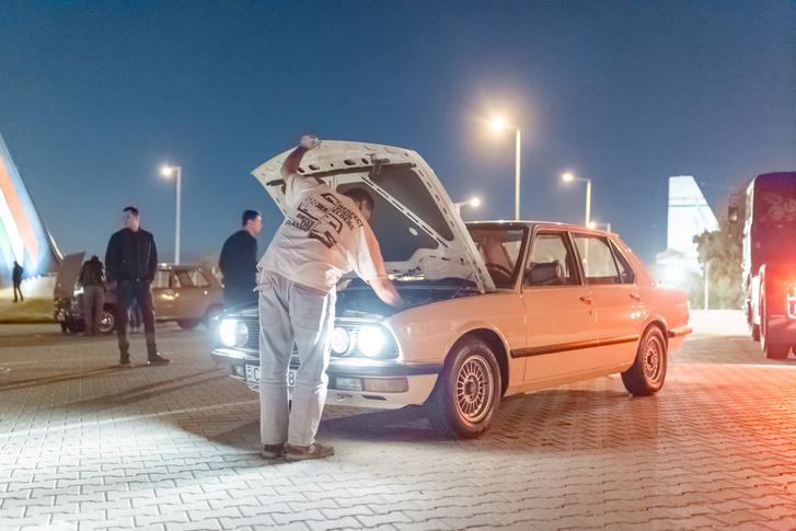 Az utolsó mohikánok közt az ikerlámpás 520-as vajszívű gazdája még akkor is autóztatott, amikor a legtöbben már nem retúrjeggyel távoztak a parkolóból. A veterán technika jól bírta az egész estés programot, mindössze egy gyors fényszóróráolvasást kért a buli végén.
