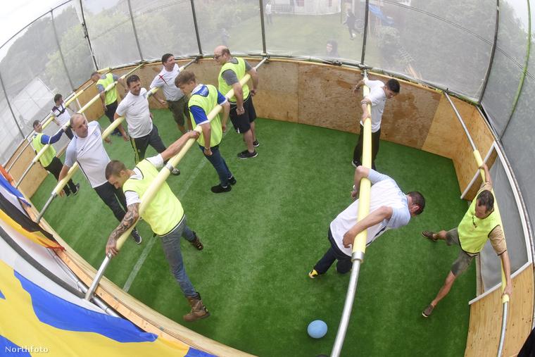 Ahogy nézzük, nem lehet túl kényelmes így, hátratett kézzel focizni, de azért a buli kedvéért jó lehet kipróbálni, nem?