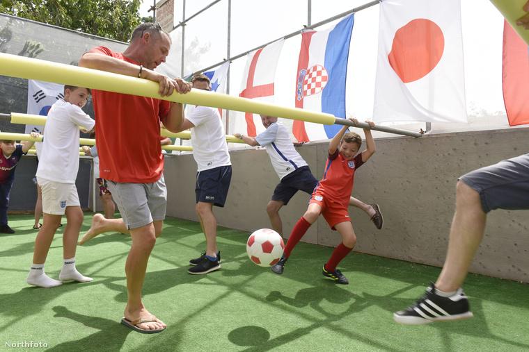 A pálya egyébként kilencszer négy méteres, és hat méter magas háló van körülötte, nehogy kiszálljon a labda.