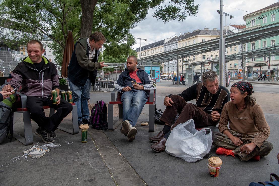 Magyar hajléktalanok a Billa áruház előtt.