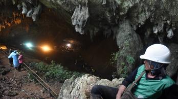 Az eső a barlangban rekedt focicsapat ellen dolgozik