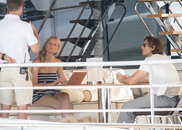 Egy jachton pihenik ki az egész éves rohanást.