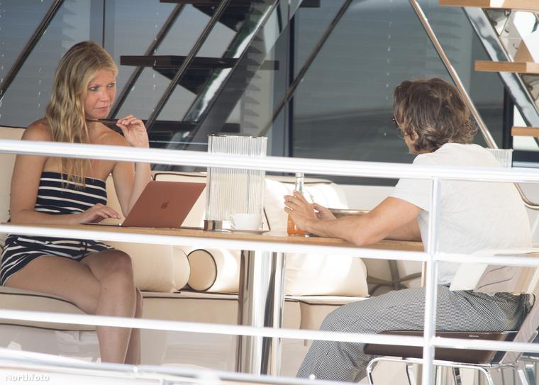Most hagyjuk azt az apróságot, hogy a színésznő megengedheti magának, hogy Caprin lazuljon egy luxushajón.