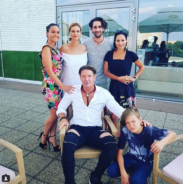 Pintér Tibor barátnője virágos ruhában, mellette a színész első felesége, Janza Kata és annak párja, Pesák Ádám, illetve a színész második felesége és kisfiuk, Samu, akinek június elején a születésnapját ünnepelték.