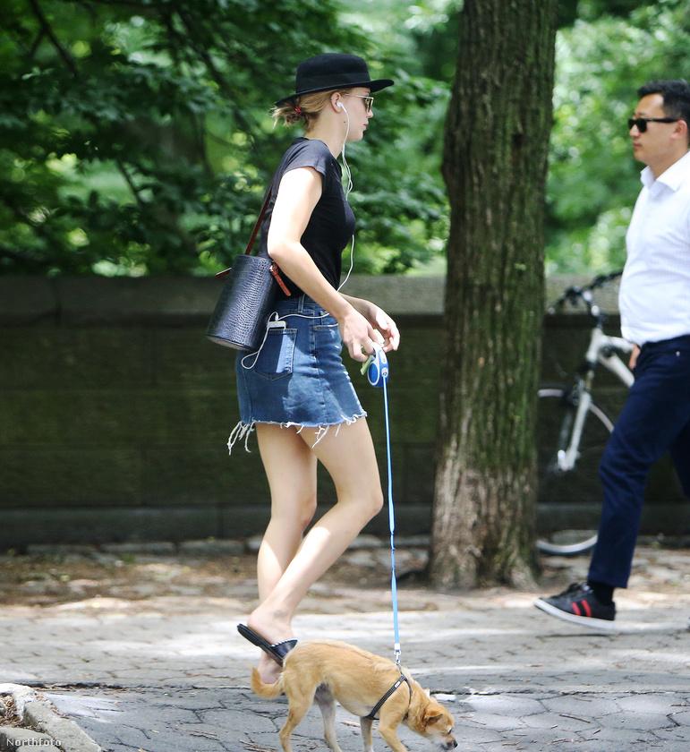Tessék, így sétáltatja Pippit Jennifer Lawrence.