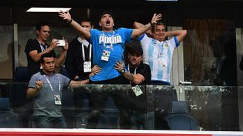 Mik azok a furcsa nyomok Maradona előtt a korláton?