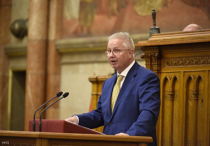 Trócsányi László igazságügyi miniszter expozét tart az alaptörvény-módosítás vitájában az Országgyűlés plenáris ülésén 2018. június 5-én.