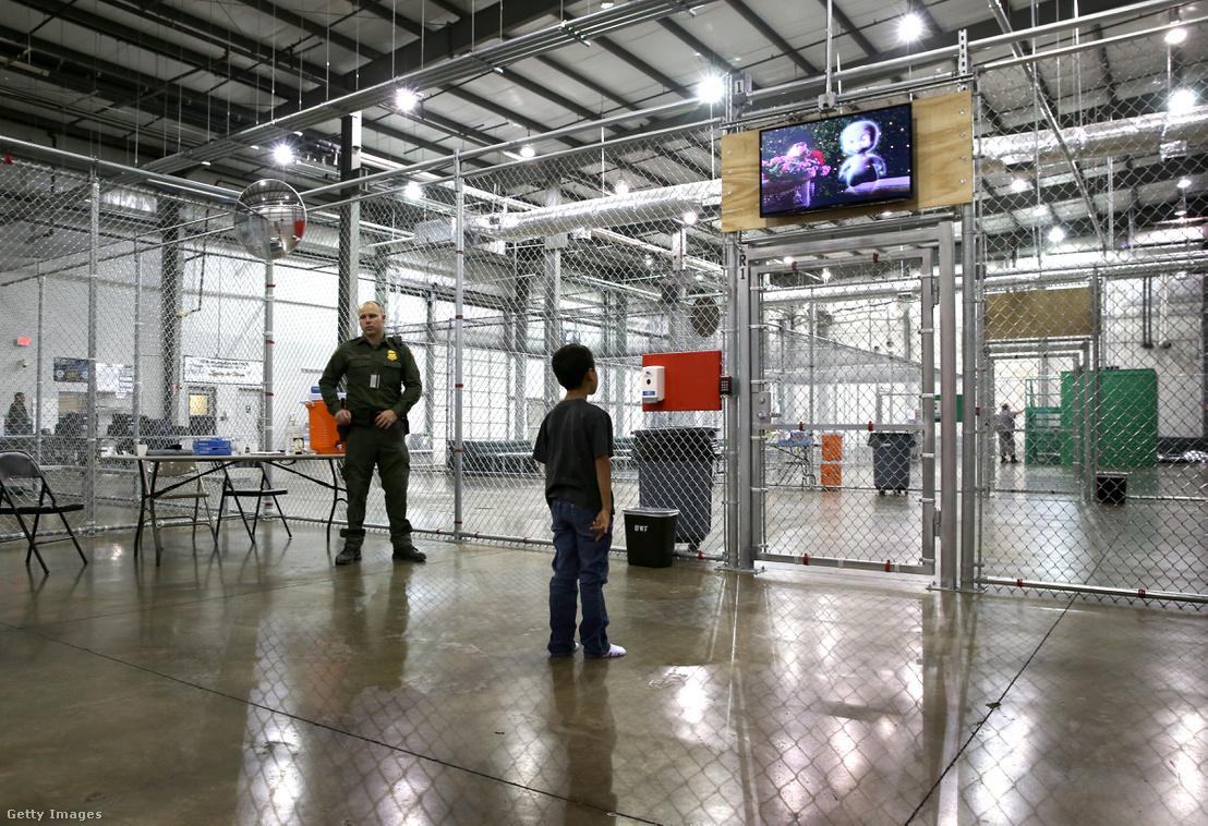 Filmet néz egy hondurasi fiú az Amerikai Határőrség texasi gyűjtőpontján, ahová olyan gyerekek kerülnek, akiket egyedül vagy a családjukkal együtt fogtak el illegális határátlépés közben. A fotó 2014-ben készült, az utóbbi időben már nem engedik be a sajtót ezekbe az intézményekbe.