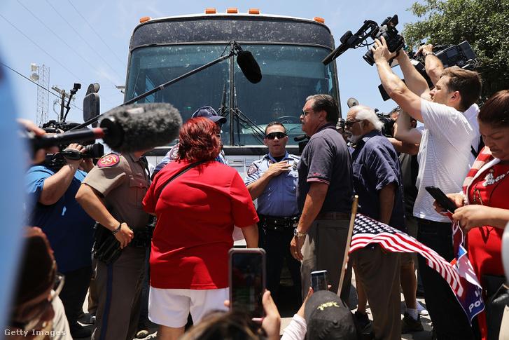 Tüntetők próbálják megállítani a buszt, amely az őrizetbe vett gyerekeket szállítja a határról a táborokba.