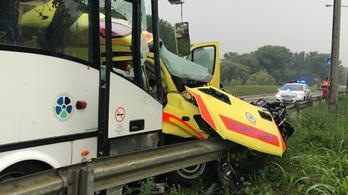 Mentőautó és busz ütközött Szolnokon, két halott, 22 sérült