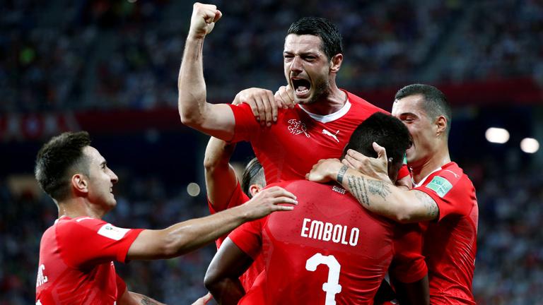 Svájc a továbbjutásnak, Costa Rica az első góljának örülhet