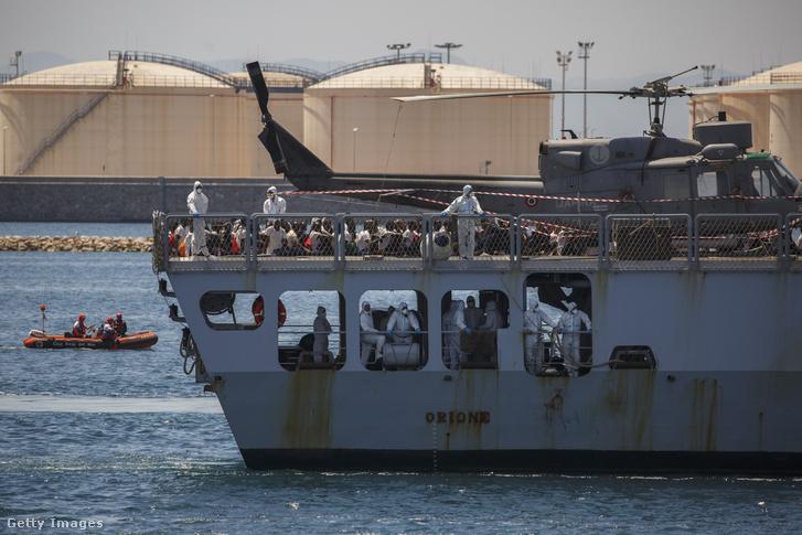 Az olasz Orione 630 menekülttel a spanyolorszégi Valencia kikötőjében, 2018. június 17-én