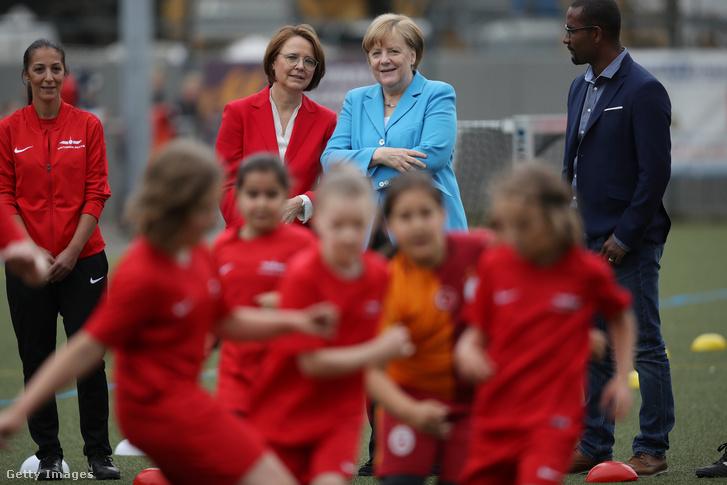 Angela Merkel egy bevándorlók gyermekeinek beilleszkedését segítő projektet látogat meg