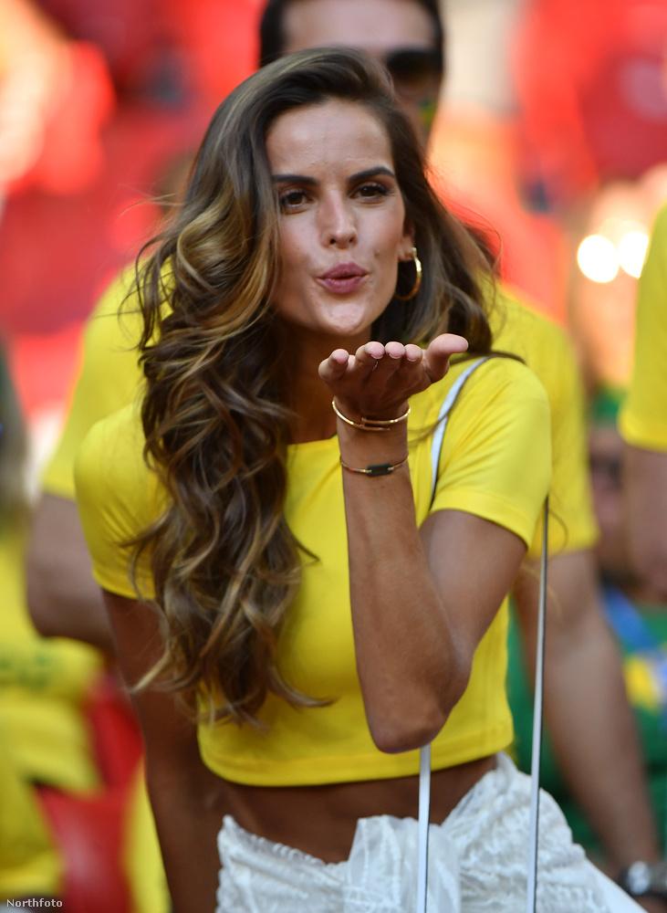 A 33 éves manökent a Brazília-Szerbia meccsen szúrták ki a fotósok.
