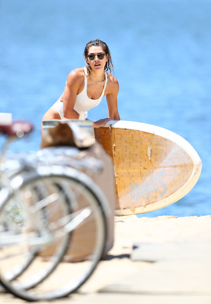 Aki épp szörfözni készül.