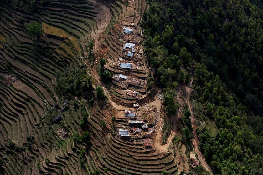 Nepálban májusban súlyos földrengések pusztítottak: a felvételen látszanak az egykori házak romjai.