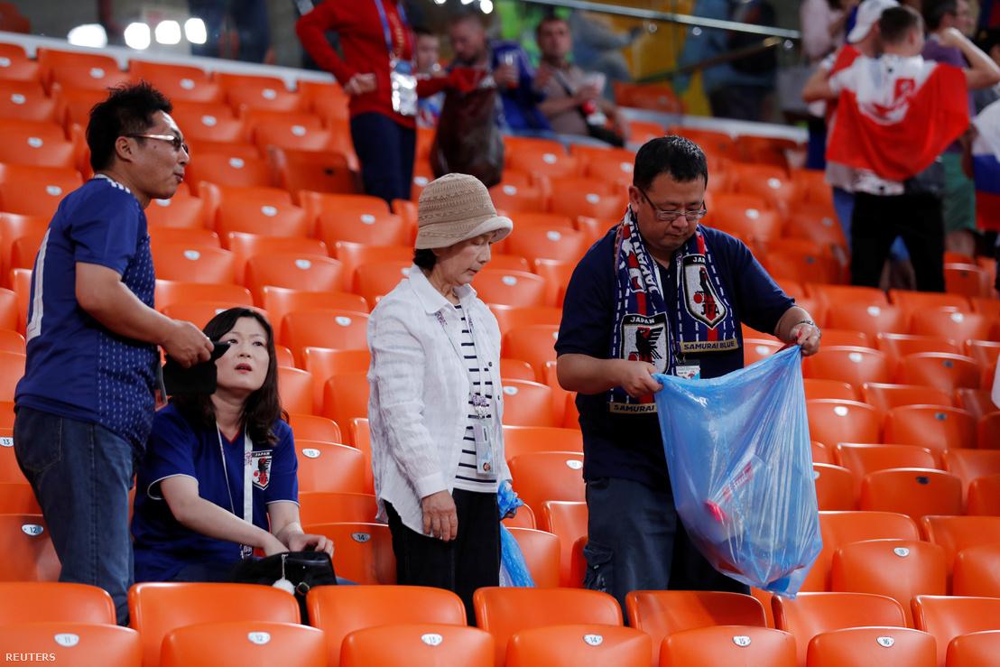 Szemetet szedő japán szurkolók a jekatyerinburgi stadionban 2018 június 24-én