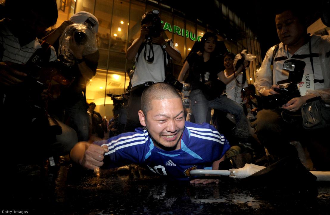 Földön fekvő ittas szurkoló a 2010-es VB idején Japánban