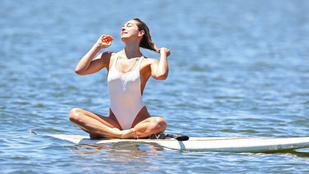 Ashley Hart egy szörfdeszkán jógázik