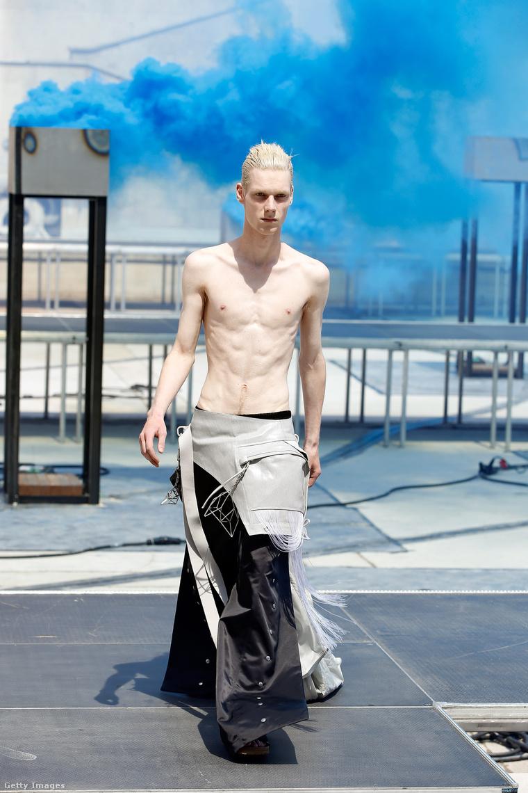 Aki nem szereti a vékony srácokat, az ne ezt a divatbemutatót nézze.