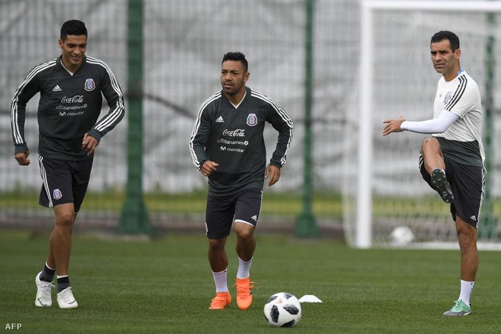 Márquez (jobbra) más mezben edz, mint társai