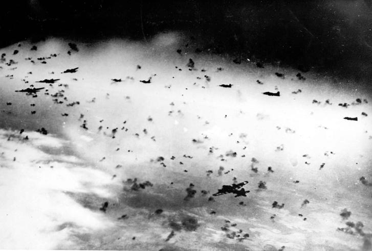 Ugyan nem vadászgépek, de második világháborús bombázók a légvédelmi gránátok sűrűjében, az úgynevezett flakfelhőben