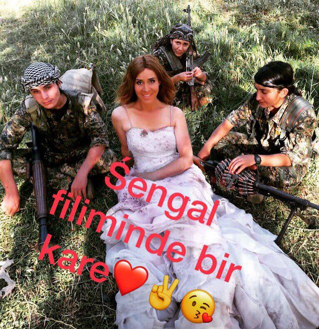 Hozan Cane kurd harcosokkal pózol egyik Twitter-bejegyzésében.